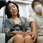 [熟女凌辱]痴漢に犯され、マンコから熱い愛液を垂れ流す50代主婦