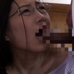 夫のそばで最後の一滴まで膣内に精液を流し込まれるムッチリ人妻